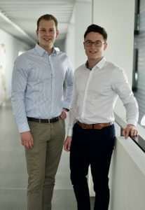 Das Gründerteam der Bayreuther eLadeInfrastruktur GmbH: Marius Körlin (links) und Tom Hillgruber (rechts)